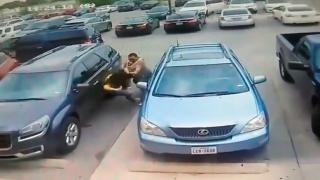 Mujer es brutalmente golpeada; en pelea por un lugar de estacionamiento  2