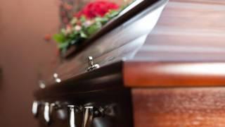 Policía interrumpe funeral para desbloquear el celular del difunto