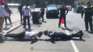 Policía reta a manifestante a guerra de lagartijas en Ciudad de México 2