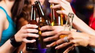 ¿Qué pasa si tomo alcohol después de vacunarme vs COVID19? Aquí te decimos 2