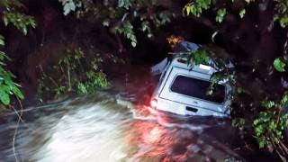 Hombre queda atrapado en su camioneta a causa de las lluvias 2