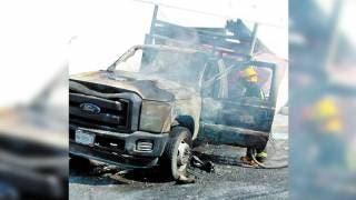 Arde camioneta, se suelta de grúa que la remolcaba y aplasta patrulla 2