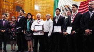 Galardonados. Dr. Eduardo Lazcano Ponce, Profr. Pablo Rubén Villalobos Hernández, Kevin Daniel Brito, estudiante, e Ismael Hernández Uscanga, medallista olímpico (iz. a der.) recibieron la Medalla de Honor que otorga el Congreso del Estado.