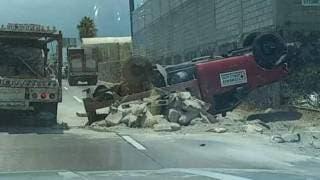 Camioneta de Cementos Cruz Azul volcó en el Paso Express Cuernavaca 2
