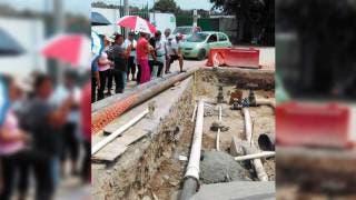 En pie. Ayer, ante representantes de vecinos de Ampliación Chipitlán, personal de SAPAC y de la empresa constructora reparaban las líneas de conducción rotas debido a la obra; sin embargo, anoche los vecinos continuaban sin el vital líquido.