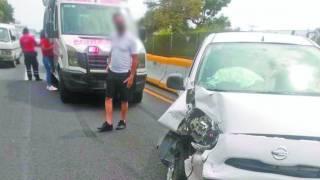Destroza coche al chocar con camión en la autopista Cuernavaca-Acapulco 2