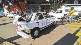 Sale herida al chocar camioneta contra taxi en Cuernavaca 2