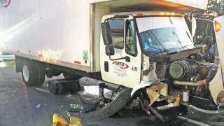 Choca camión de carga en Paso Express Cuernavaca 2