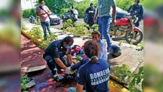 Una motociclista va a dar al hospital tras choque 2