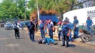 Se vuela el tope y choca a motociclista en Morelos 2
