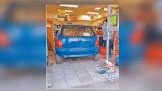 Se mete con todo y coche a tienda de autoservicio en 'Teques' 2