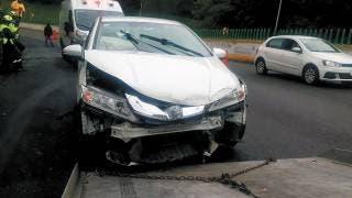 Derrapa su auto y choca contra muro en La Pera 2