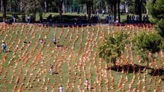 Colocan más de 50.000 banderas de España en Madrid por los muertos por COVID-19 2
