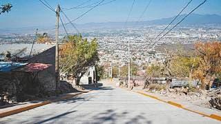 Ponen drenaje y pavimento en Cerro de la Corona, Jiutepec 2