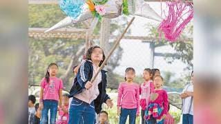 Disfrutan de piñatas niños albergados en DIF Morelos 2