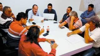 Sin acuerdos. En reunión a puerta cerrada con transportistas el secretario de Movilidad, Jorge Messeguer Guillén; las pláticas continuarán el día de hoy en la dependencia.