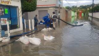 Trabajan para desazolvar calles inundadas en Jiutepec, con apoyo de Conagua 2