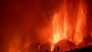 Seis mil evacuados tras erupción de volcán en Islas Can...