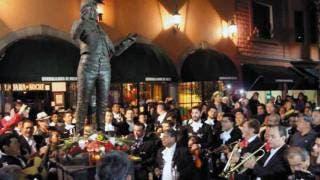 Recuerdan. Mariachis y miles de seguidores de Juan Gabriel acudieron a Garibaldi en donde entonaron sus canciones; colocaron arreglos florales y veladoras a la estatua del cantaautor que está en la plaza.