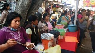 Tradicional. Desde temprano, los locatarios instalaron los puestos donde gratuitamente ofrecieron comida a los clientes para incentivar la venta de sus productos.