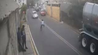 Auto a gran velocidad embiste a un niño en bicicleta 2