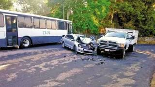 Sale sujeto lesionado al destrozar su auto en Huitzilac 2