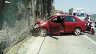 Destroza auto al evitar impactarse contra coche descompuesto en el Paso Express 2