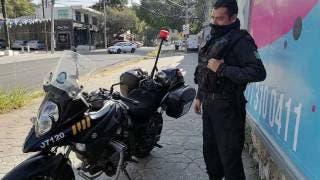 Policía de Morelos se vuelve viral por ayudar a automovilista en Cuernavaca 2