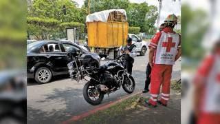 Evita motopolicía choque y termina con hombro lastimado en Morelos 2