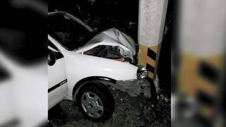 Destroza su coche al impactarse contra poste en Mazatepec 2