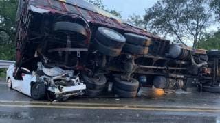 Camión aplasta auto en la Puente de Ixtla-Iguala; hay un muerto 2