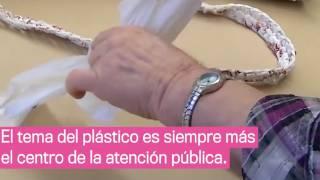 Abuelitas tejen mantas para los indigentes con bolsas de plástico 2