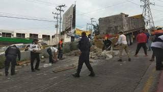 Tráiler tira blocks y queda detenido en plena subida de avenida Teopanzolco, de Cuernavaca 2