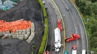 Otro trailer que vuelca en La Pera, autopista México-Cuernavaca 2