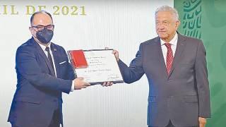 Investigador de UAEM recibe Premio al Mérito en Salud a nivel nacional 2