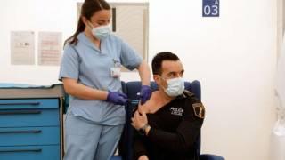 Personas vacunadas con esquema completo pueden dejar de usar cubrebocas en EU 2