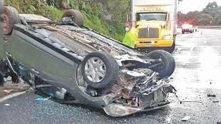 Sale herido al volcar auto en la pista, cerca de La Pera  2