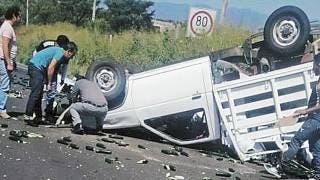 Vuelca una camioneta cargada con pepinos en Cuautla 2