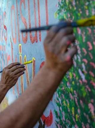 Artista muestra su solidaridad con Turquía con grafiti