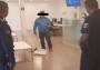 Armado con machete y pistola, tomó como rehenes a clientes y empleados de banco