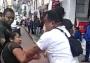 Mujer comerciante y su esposo son golpeados por inspectores
