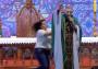 Mujer lanza de un escenario a sacerdote que se encontraba dando misa