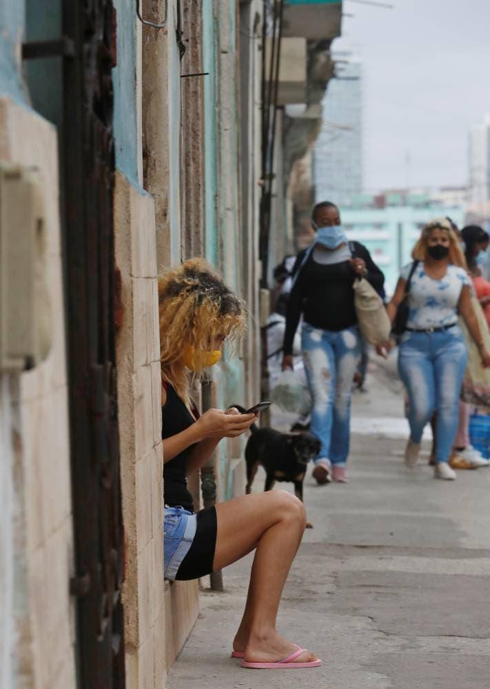 En vez de establecer unos momentos del día para conectarnos, estamos todo el día conectados a Internet... EFE/ Yander Zamora