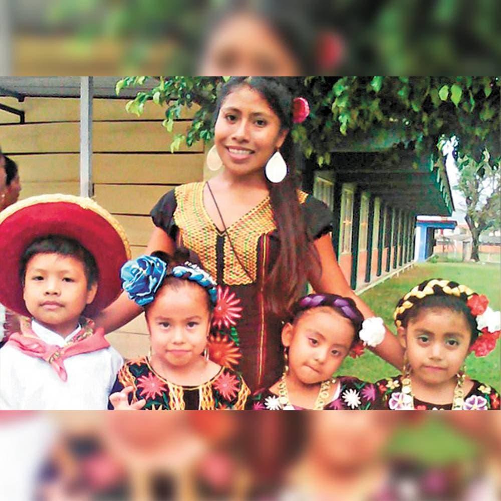 Posando para la cámara con sus alumnos de preescolar.
