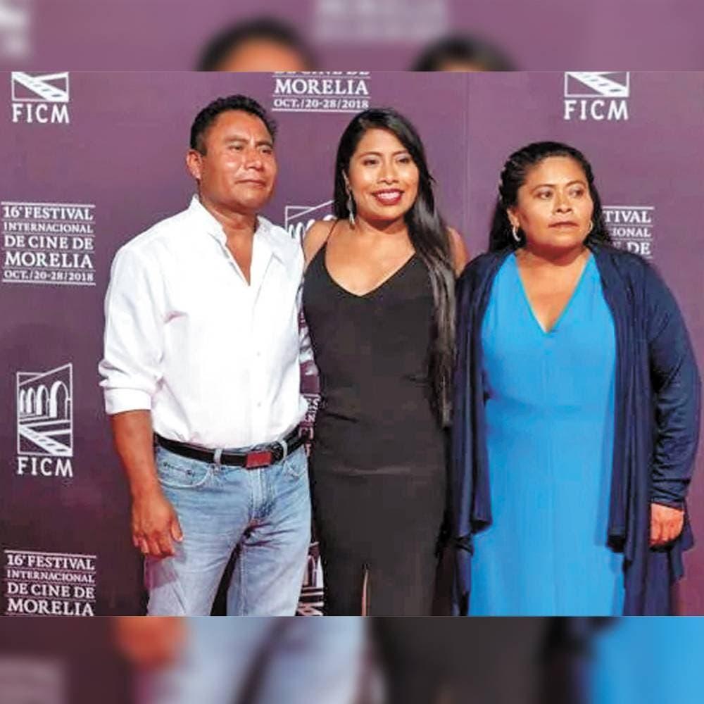 Con su padre y madre en el Festival de Cine de Morelia.